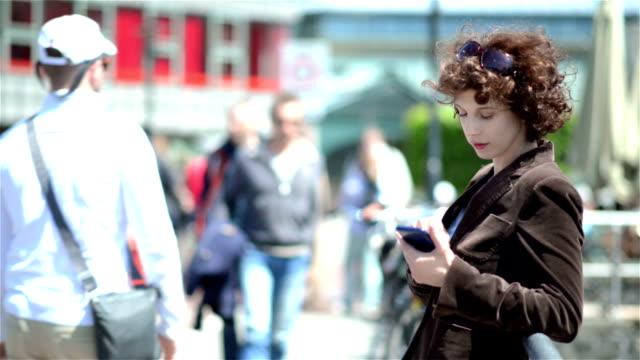 mature urban woman texting outdoors - 30 39 år bildbanksvideor och videomaterial från bakom kulisserna