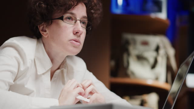 mature woman, an office employee, is sitting and thinking - русского происхождения стоковые видео и кадры b-roll