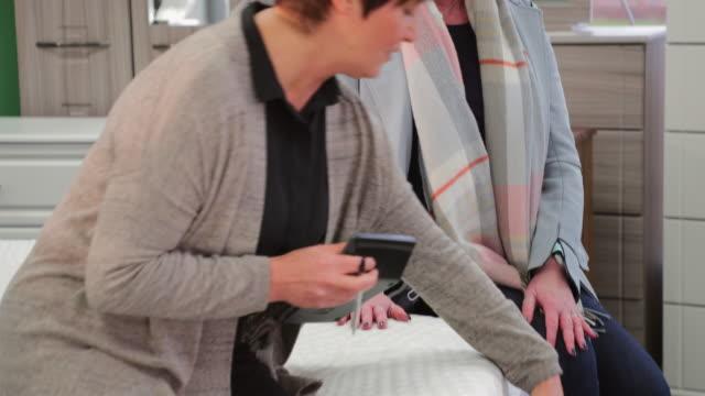 vídeos y material grabado en eventos de stock de comprar colchón nuevo de mujer madura - colchón