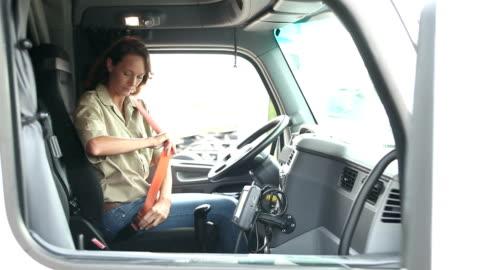 olgun kadın yarı kamyonun kabini tırmanma - dişiler stok videoları ve detay görüntü çekimi
