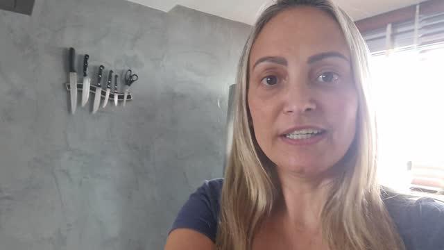 vídeos de stock, filmes e b-roll de mulher madura fazendo uma chamada de vídeo enquanto cozinha em casa - ponto de vista da câmera móvel - comida salgada