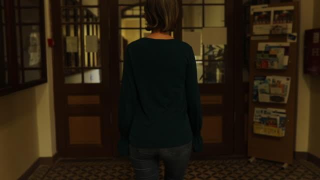 廊下を通って行く熟女 - 骨董品点の映像素材/bロール