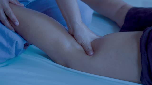 mogen kvinna med avkopplande thailändsk massage - massageterapeut bildbanksvideor och videomaterial från bakom kulisserna
