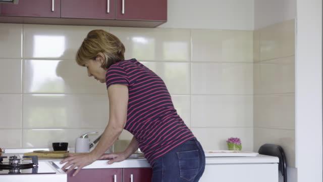mature woman in backache - dorsale video stock e b–roll