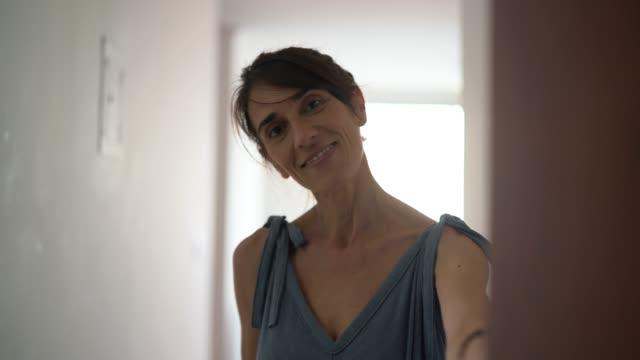 mogen kvinna inbjudan / välkommen gäst hemma - välkommen bildbanksvideor och videomaterial från bakom kulisserna
