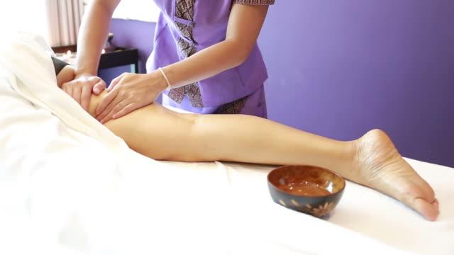 mogen kvinna göra behandling - massageterapeut bildbanksvideor och videomaterial från bakom kulisserna