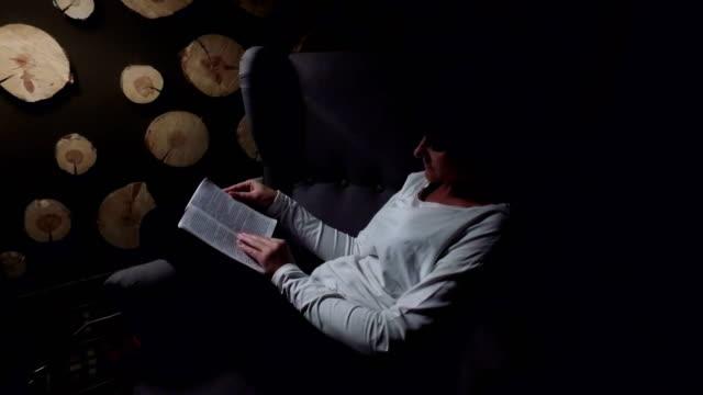 成熟女性屋内で読書 ビデオ