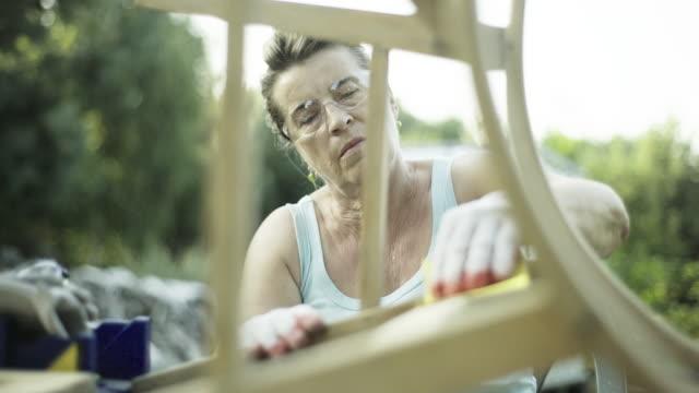 Femme d'âge mûr rénover les vieux meubles - Vidéo