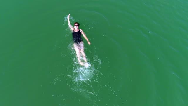 Reife Frau Schwimmen Backstroke in Lake – Video