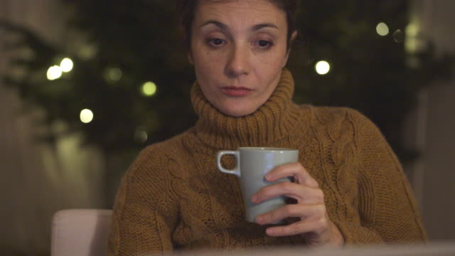 mature woman using laptop at night - abiti pesanti video stock e b–roll