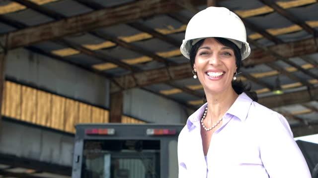 熟女倉庫でヘルメットを着用 ビデオ