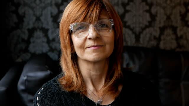 stockvideo's en b-roll-footage met rijpe vrouw met bril direct kijken naar de camera - oudere vrouwen