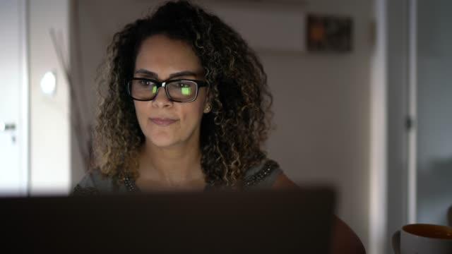 vídeos y material grabado en eventos de stock de mujer madura trabajando desde casa - adulto