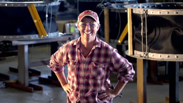 donna matura che lavora in un impianto di fabbricazione dei metalli - berretto video stock e b–roll