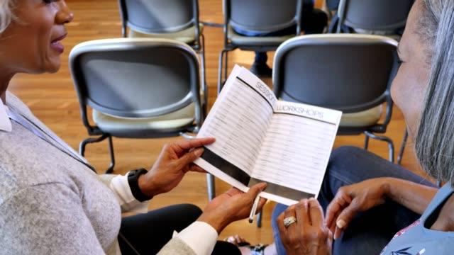 vídeos y material grabado en eventos de stock de horario de la conferencia de revisión de mujeres maduras - zoom meeting
