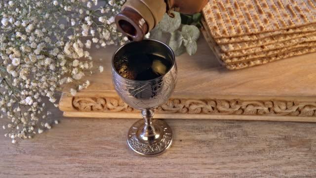 vídeos y material grabado en eventos de stock de matzah lewish el concepto de celebración de pan typropita con el concepto de vacaciones de pascua de vino - pascua judía