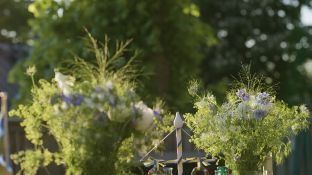 Maypole dekoration på ett midsommarbord video