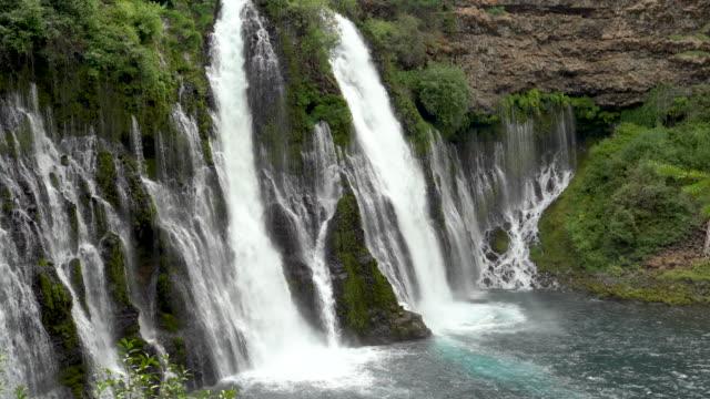 mcarthur burney falls wasserfall in kalifornien, in 4k - kaskaden gebirge stock-videos und b-roll-filmmaterial