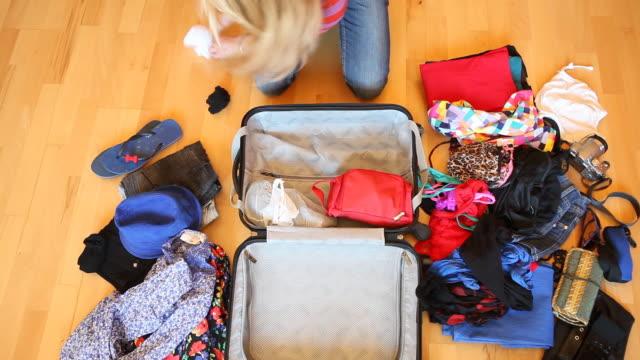 stockvideo's en b-roll-footage met me and my suitcase - ingepakt
