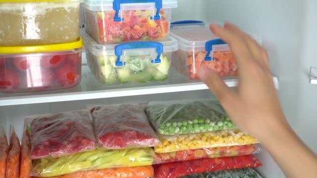 vídeos de stock e filmes b-roll de meal prep. freezer organization - congelador