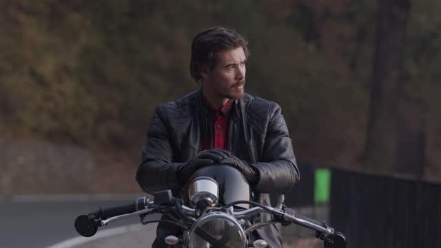bisikletinde ortalama motosikletçi - orta yetişkin stok videoları ve detay görüntü çekimi