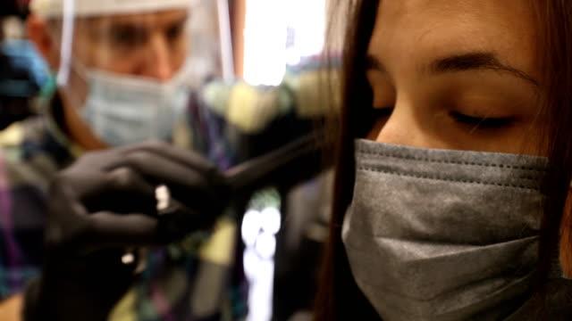 vídeos de stock e filmes b-roll de meanwhile at the hairdresser - covid hair