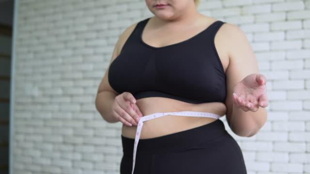 mäta magen omkrets - fett näringsämne bildbanksvideor och videomaterial från bakom kulisserna