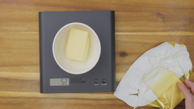 vídeos de stock, filmes e b-roll de manteiga para assar bolo de medição - gordura