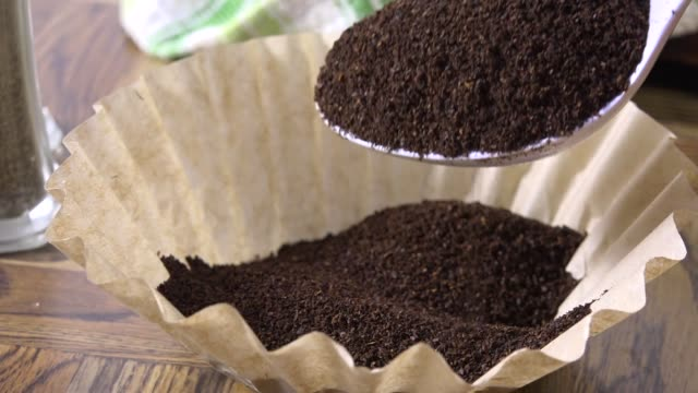 messung der kaffee-slow-motion - grundstück stock-videos und b-roll-filmmaterial