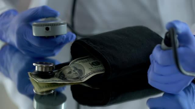 messung von dollar druck, symptome des wechselkurses fallenlassen, inflation - inflation stock-videos und b-roll-filmmaterial