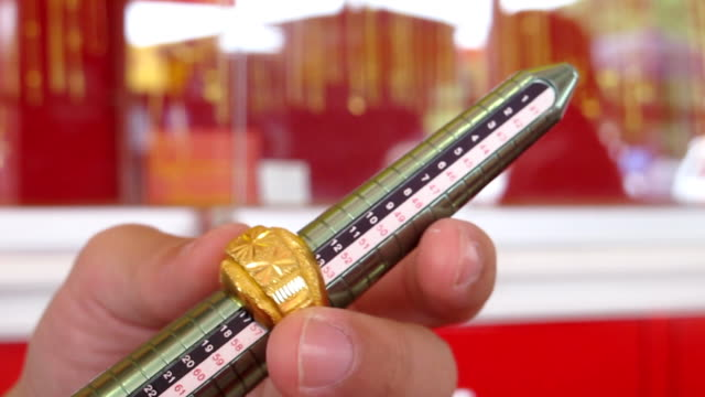 Measuring the size of a gold ring video