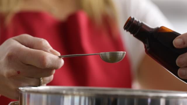 vidéos et rushes de extrait de vanille dans un bol de mesure - vanille