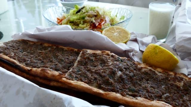 meat and bread, turkey specific meat and bread, meat pide, - chleb pita filmów i materiałów b-roll