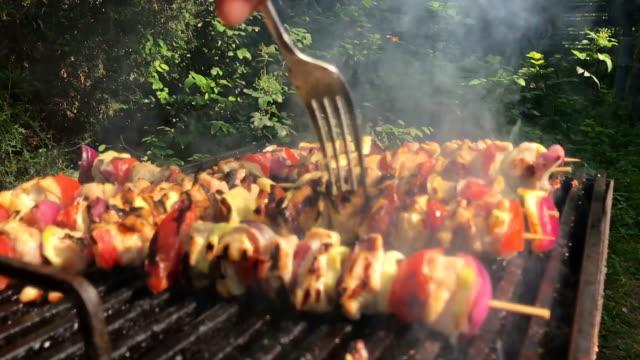 vídeos de stock, filmes e b-roll de carne e legumes na vara, bbq grill - comida salgada