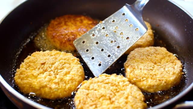 고기 cutlets 팬, slo mo에서에서 튀김은 - burger and chicken 스톡 비디오 및 b-롤 화면