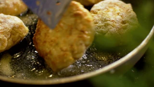 고기류 커틀릿으로 즐길 수 있는 목신 볶습니다 - burger and chicken 스톡 비디오 및 b-롤 화면