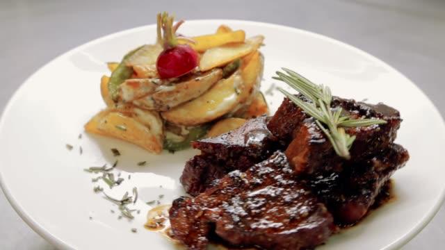 vídeos de stock e filmes b-roll de meat dish spinning - meat plate
