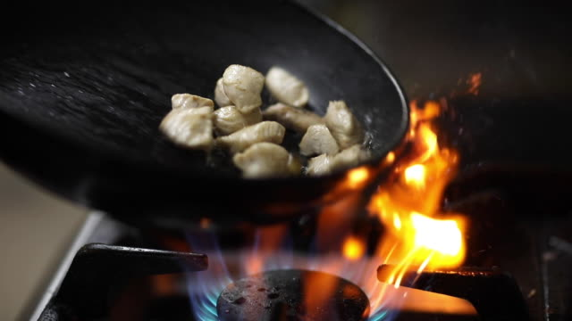 Fleischbraten in Bratpfanne in der Küche – Video
