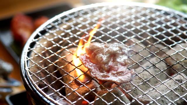 화 염과 연기와 함께 스테이크를 굽고 고기 - 척 드릴 부속품 스톡 비디오 및 b-롤 화면