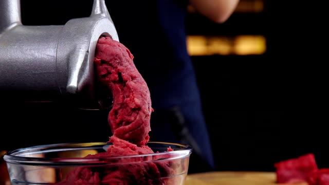 vídeos de stock e filmes b-roll de meat grinder grinds meat - triturar atividade