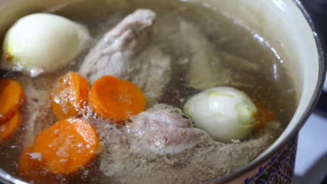 kött i kokande kruka på spisen - buljong bildbanksvideor och videomaterial från bakom kulisserna