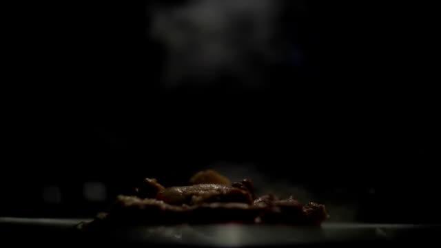 煙のスローモーションとグリルの肉 - 一切れ点の映像素材/bロール