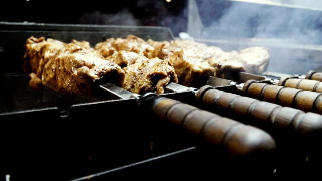 carne. shish kebab grill in fiamme - filetto video stock e b–roll