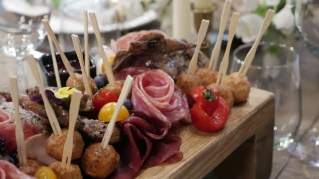 meat snack on a tray lying - taca filmów i materiałów b-roll