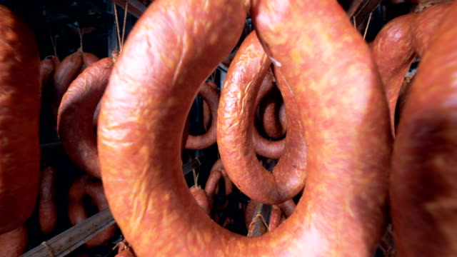 fleisch-lagerstätte mit kaminwurzen erhängt in es - verbogen stock-videos und b-roll-filmmaterial