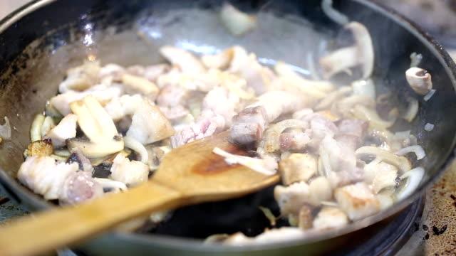 kött med svamp stekt i en stekpanna - buljong bildbanksvideor och videomaterial från bakom kulisserna