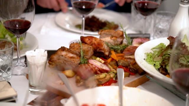 テーブルの上の野菜と肉 ビデオ