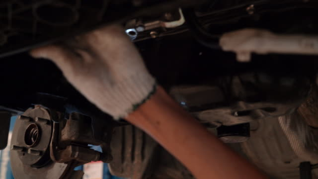 vídeos de stock e filmes b-roll de mechanic asian man examining and service maintenance the suspension of a vehicle with flashlight, safety inspection test engine before customer drive a car on a long journey, 4k resolution - gmail