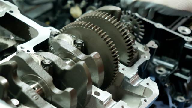 mechanic kontrollerar vevaxelns prestanda - motor bildbanksvideor och videomaterial från bakom kulisserna