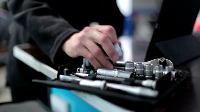 vídeos y material grabado en eventos de stock de mecánico elige derecha toma la llave - llave tubular